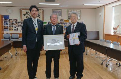 富山市立南部中学校へ横断幕とエンブレムステッカーを寄贈しました。